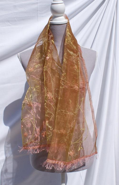 Echarpe d'un bel organdi mordoré tissé de fleurs saumon
