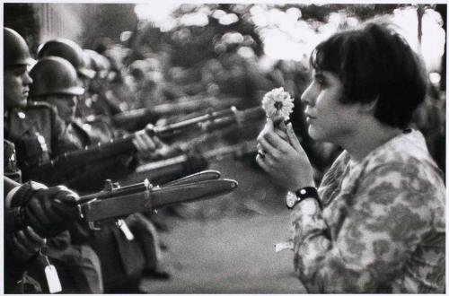 Marc Riboud - La fille à la fleur (1967)