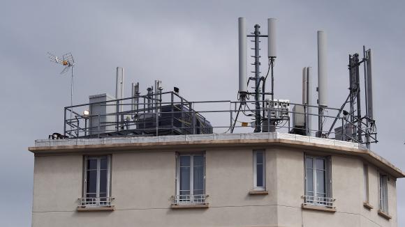 Antennes relais pour la téléphonie mobile sur un imeuble à Gentilly, le 07 septembre 2013.