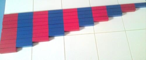 Atelier Montessori mathématiques: les barres rouges et bleues