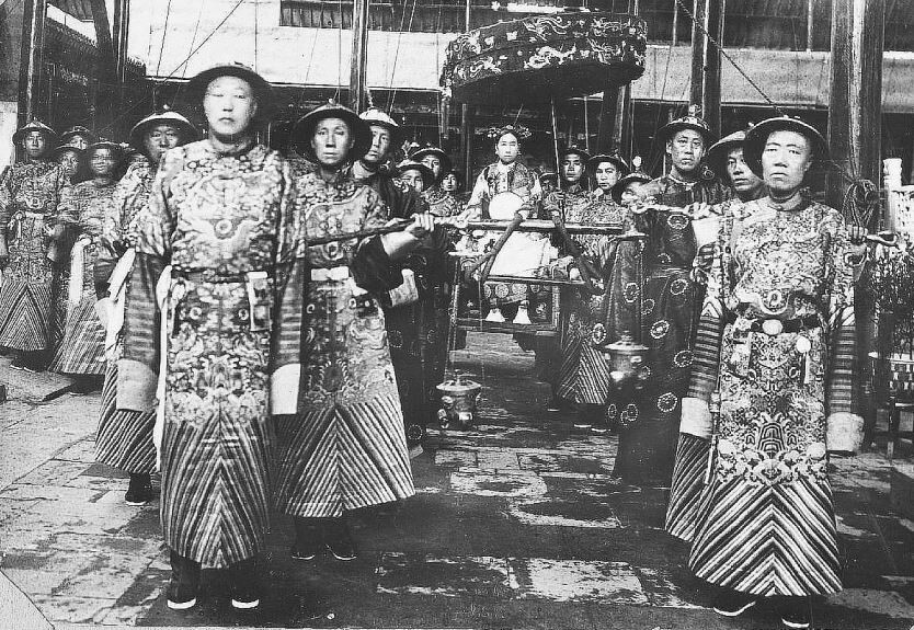 L'impératrice Ts'eu-hi et ses eunuques. Albert Maybon (1878-19xx) : La vie secrète de la cour de Chine. — Librairie Félix Juven, Paris, 1910.