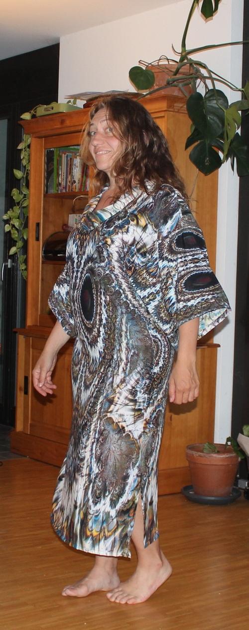 """robe caftan avec tissu type imprimé digital - ailes de papillon col """"cowl"""" roulé très large"""