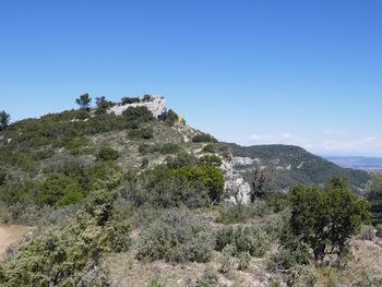 Au début de la descente, le sommet du Petit Coudon (fléche jaune : le lieu de la pause  PN)