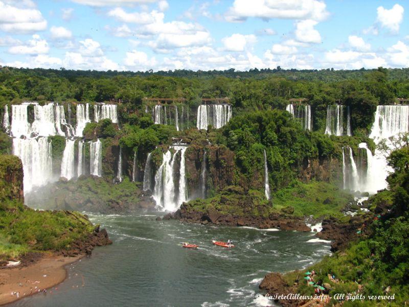 Depuis le Brésil, on a une belle vue d'ensemble des chutes, presque toutes situées en Argentine