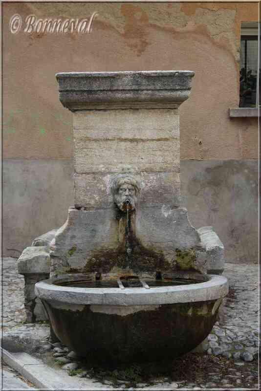 Fontaine de la Rue Victor Hugo Pernes-les-Fontaines Vaucluse