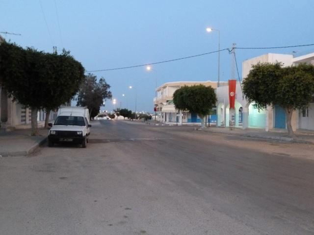 Rue principale désertée