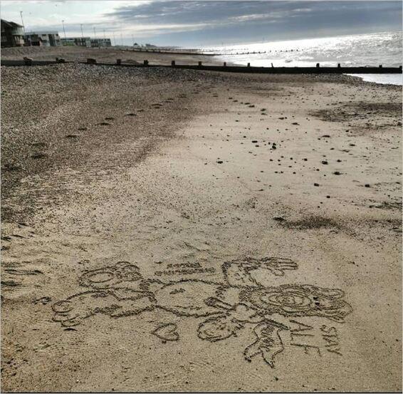 Sur le sable, un message d'amour