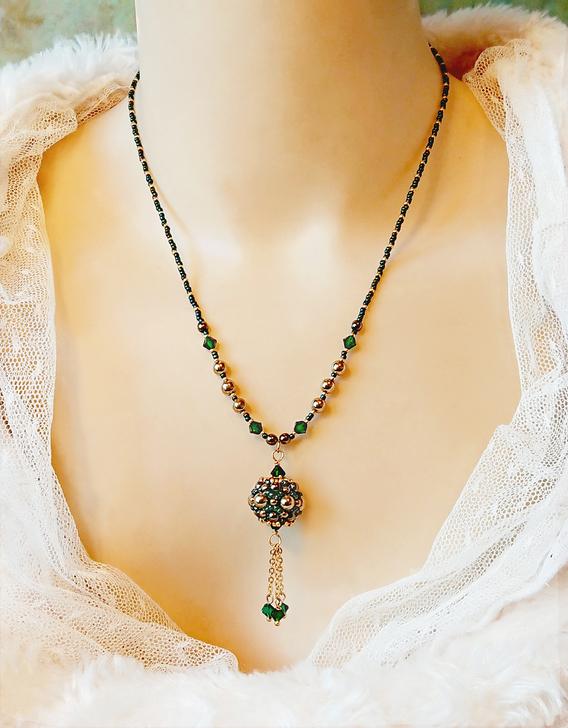 Collier pendentif Perle tissée Vert et Or pierre hématite dorée, verre Miyuki et cristal de Swarovski / laiton doré