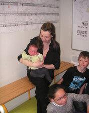 La visite de maîtresse Lucie et son bébé Arthur