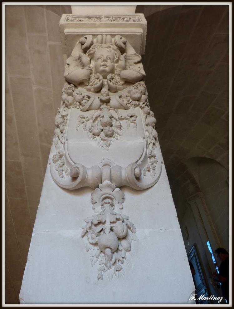 sculture sur les piliers de l'escalier