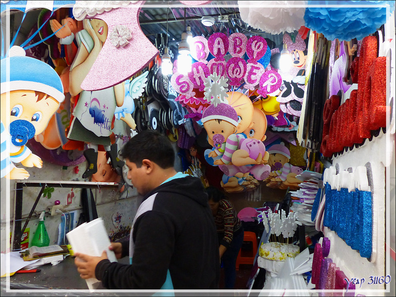 Balade le nez en l'air dans le Lima historique (Pérou) : au Marché Central (Mercado central), le coin très coloré des objets festifs en polystyrène