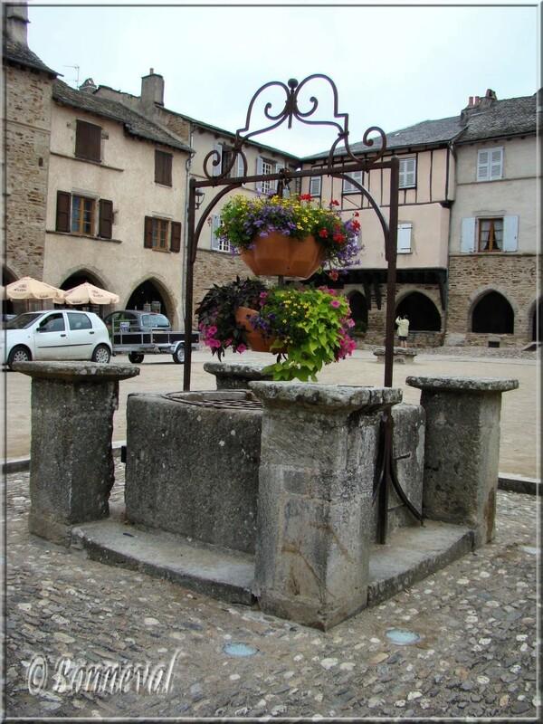 Sauveterre-de-Rouergue Aveyron puits Place des Arcades de la bastide
