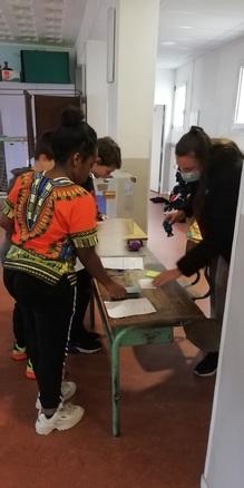 Les CM2a votent pour élire leurs délégués de classe