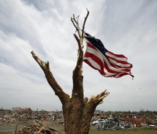 Etats-Unis-drapeau-sur-ruines.jpg