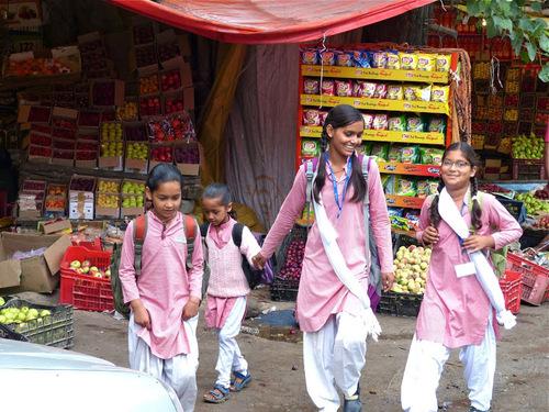 des écolières au marché