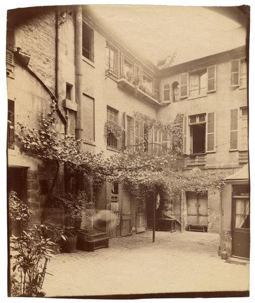 Eugène Atget : Cour de Rohan 2