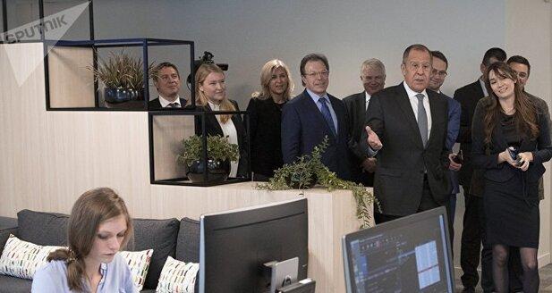 Sergueï Lavrov lors d'une visite dans le bureau de RT France à Paris
