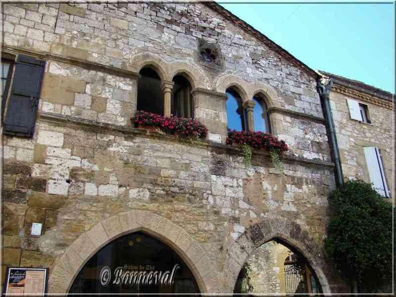 Monpazier Dordogne la Maison du Chapitre aux fenêtres géminées