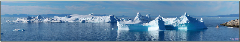 Vision panoramique sur quelques icebergs de Disko Bay devant le port d'Ilulissat - Groenland