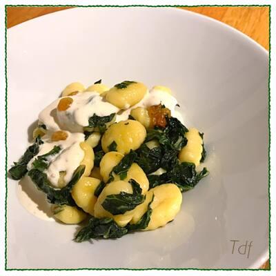 Gnocchis au vert de blettes & sauce à la noix, raisin sec