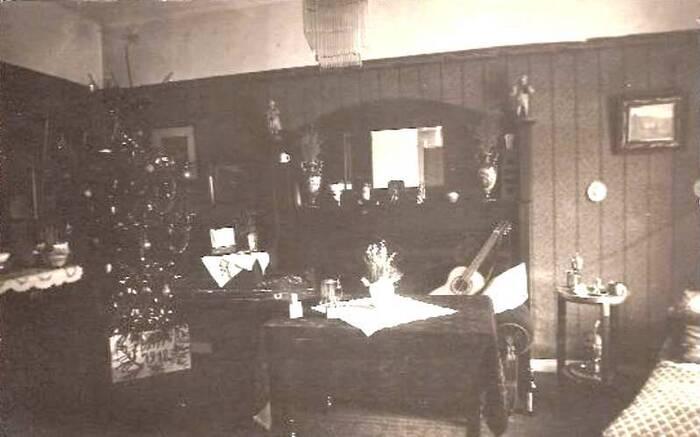 Chambre d'un étudiant au Quartier latin avec son sapin de Noël et sa guitare (photographie datée 1918)