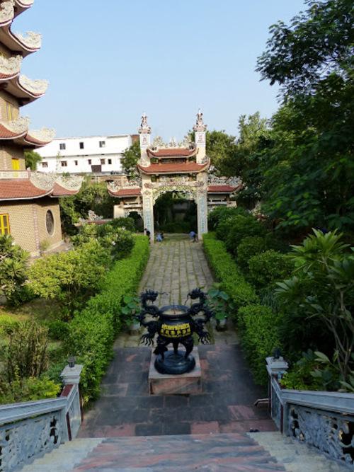 un temple bouddhiste vietnamien et sa pagode