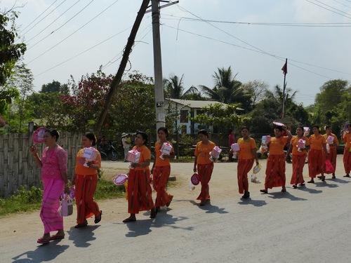 Shin byu ou fête du noviciat dans un village traversé; une famille aisée;
