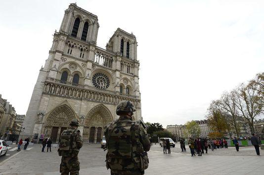 Des militaires de l'opération «Sentinelle» devant lacathédrale Notre-Dame-de-Paris le14novembre2015.