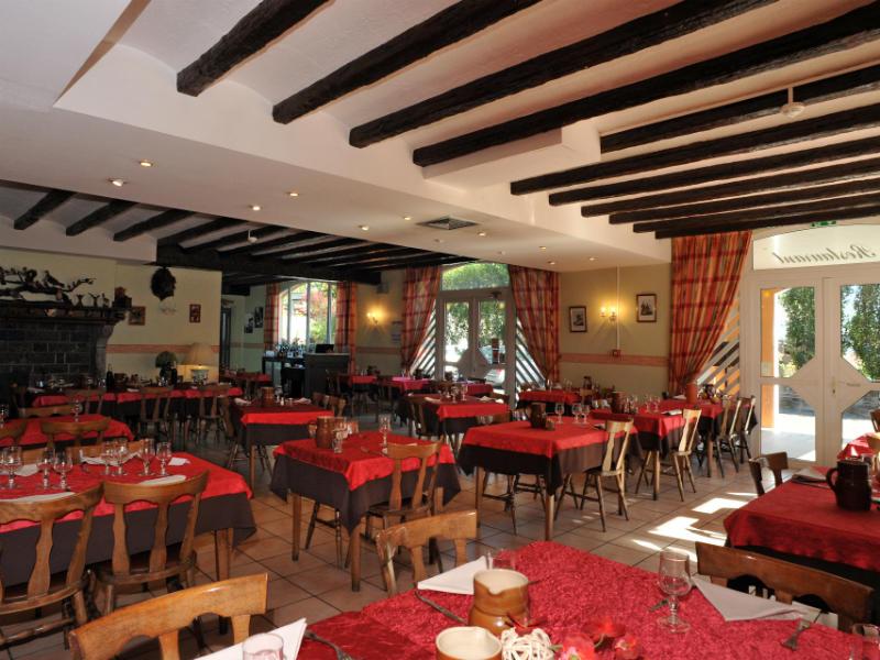 Grande salle lumineuse et climatisée au restaurant Chez Pierre d'Agos