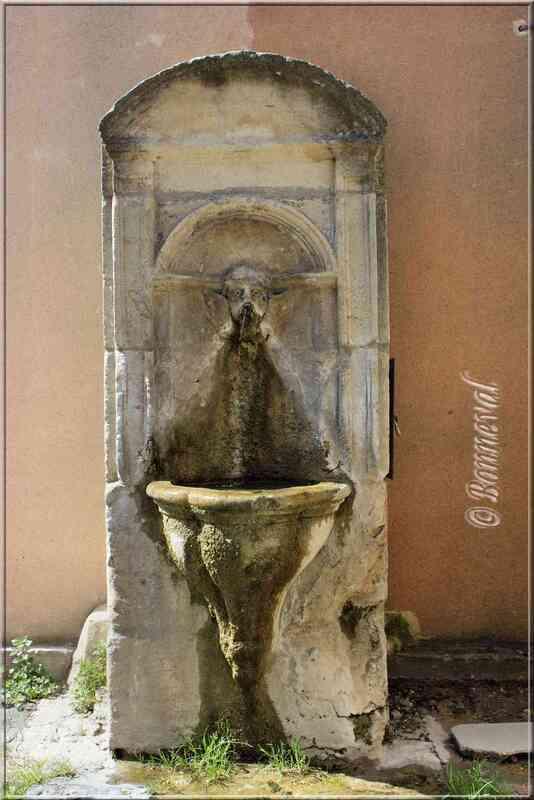 Fontaine de la Rue des Istres Pernes-les-Fontaines Vaucluse