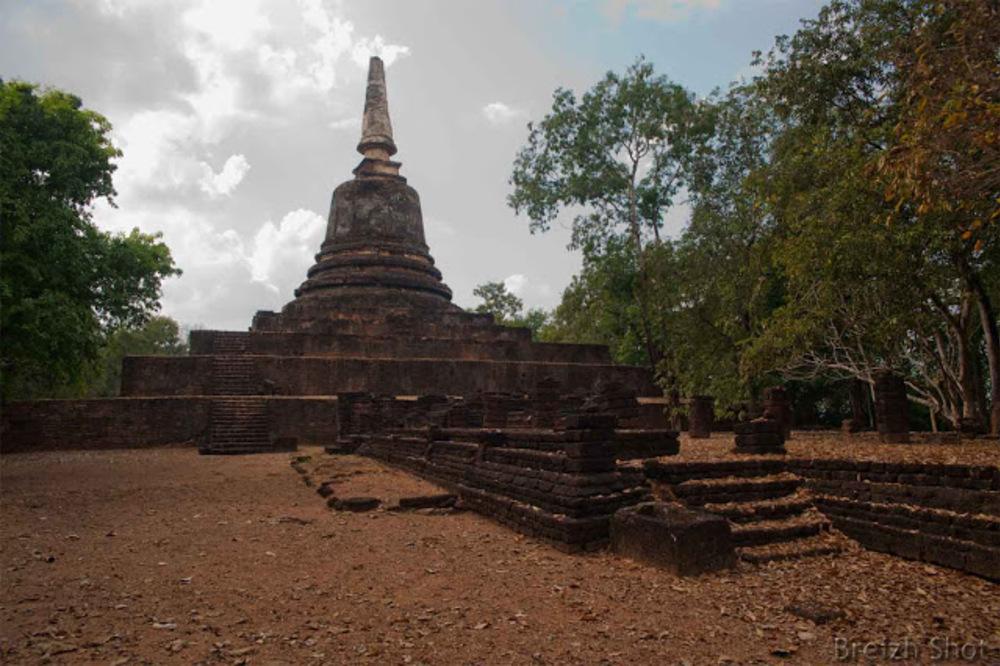 Si Satchalanai, wat Khao Suwan Khiri - Les escaliers et les marches face au chedi