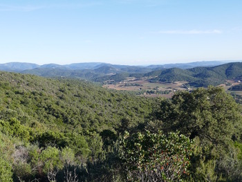 Près du sommet, vue sur la vallée des Borrels. Au fond à gauche, le Laquina, au dessus du Col de Babaou