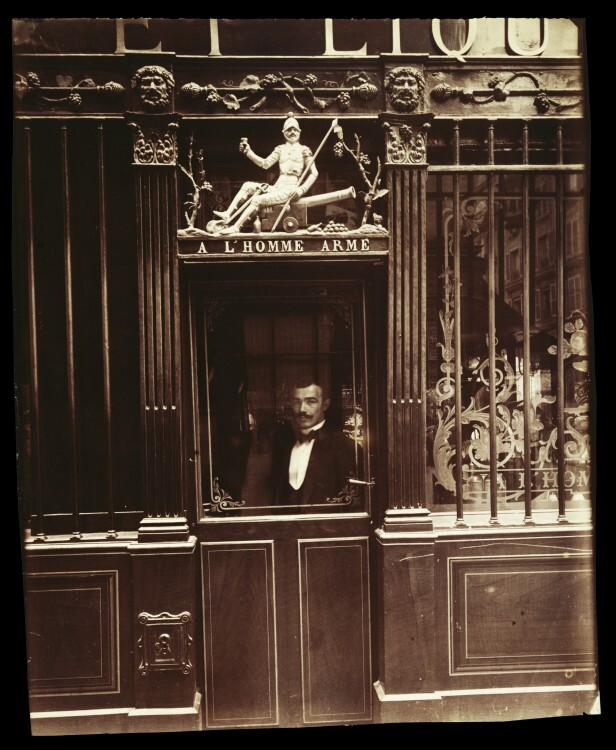 Atget Paris Caf rue des Blancs Manteaux 616x750 Le Paris de 1900 par Atget