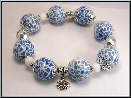 Bracelet élastique perle mozaïque bleu en fimo et perles en verre.