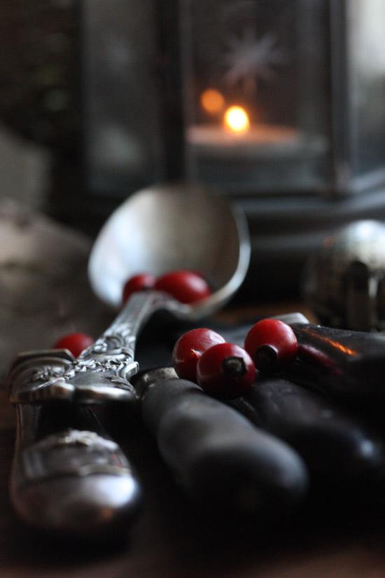 - Coeur de baies d'automne sur une cuillère d'argent -