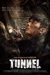 Tunnel : Alors qu'il rentre retrouver sa famille, un homme est accidentellement enseveli sous un tunnel, au volant de sa voiture. Pendant qu'une opération de sauvetage d'envergure nationale se met en place pour l'en sortir, scrutée et commentée par les médias, les politiques et les citoyens, l'homme joue sa survie avec les maigres moyens à sa disposition. Combien de temps tiendra-t-il ?  ... ----- ...  Origine : sud-coréen Réalisation : Kim Seong-hun Durée : 2h 06min Acteur(s) : Ha Jung-Woo,Doona Bae,Dal-Su Oh Genre : Drame,Thriller Date de sortie : 3 mai 2017 Année de production : 2016 Distributeur : Version Originale / Condor Titre original : Teo-neol Critiques Spectateurs : 3.8