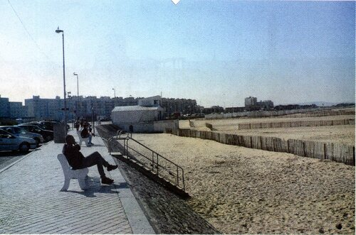 La plage et ses chalets commerciaux
