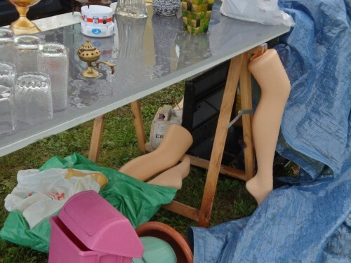 vide-grenier-pluie-jambes-mannequin.jpg