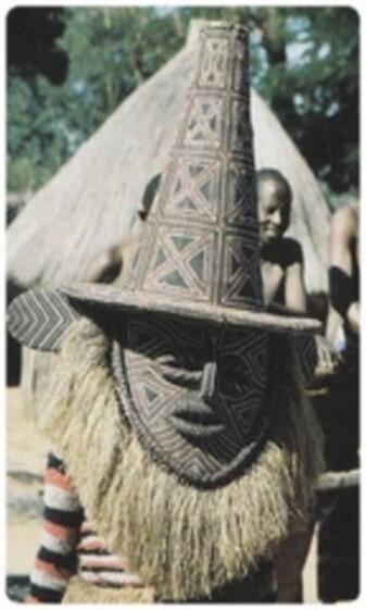 Danseur masqué à Victoria, Zimbabwe. Dans nombre de cérémonies africaines, les masques ne peuvent être portés que par les hommes ayant subi l'initiation