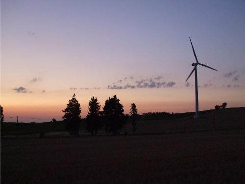 éolienne au soleil couchant