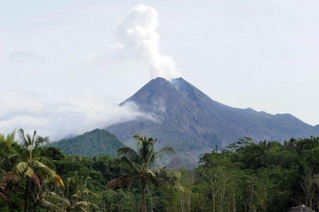 Le Merapi (2900 mètres), au nord de Jogjakarta (Java), est le volcan le plus actif et le plus dangereux d'Indonésie (DR)