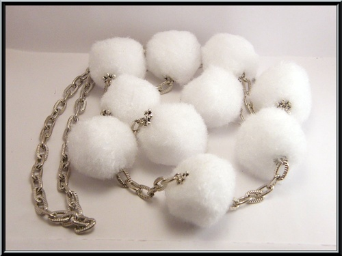 Parure d'hiver, sautoir et boucles boules de neige.