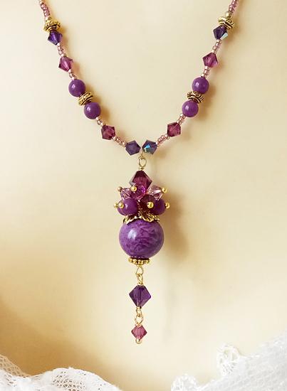 Collier pendentif grappe pierre mauve de Purpurite et jade, cristal de Swarovski / Métal doré
