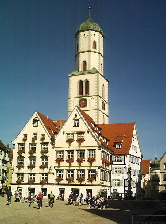 La place du marché avec l'église Saint-Martin