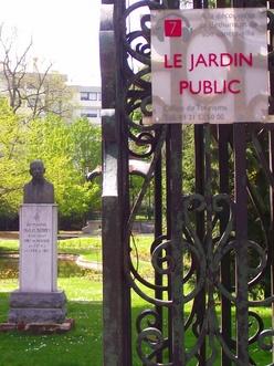 Statue et grille du jardin