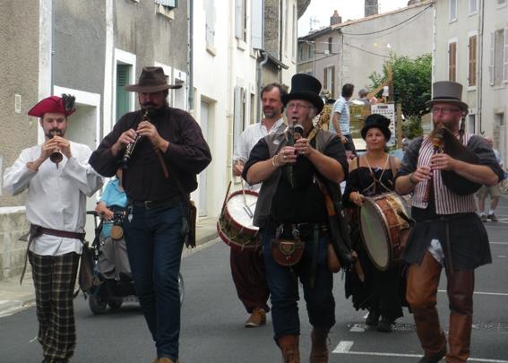 La Banda Tchok anime vos rues au son de la bombarde et du biniou, accompagnés d'autres instruments, avec une musique trad bretonne vivante et festive.
