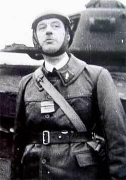 Le colonel DE GAULLE devant son char en 1939