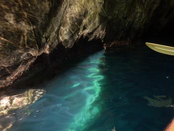 Reflets dans l'entrée de la grotte