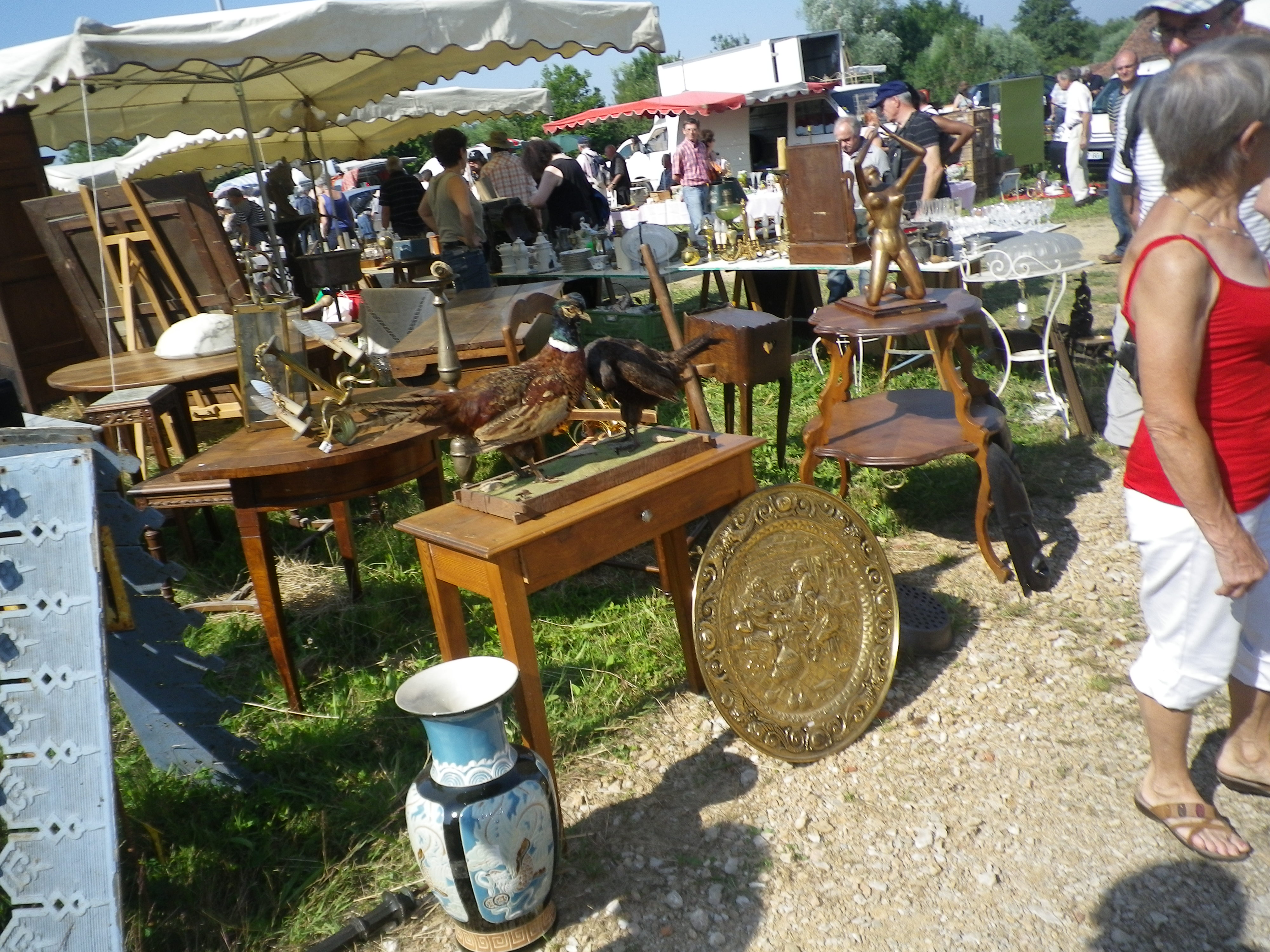 brocante grange rouge 7 juillet 2013 la bulle de marie libellule. Black Bedroom Furniture Sets. Home Design Ideas