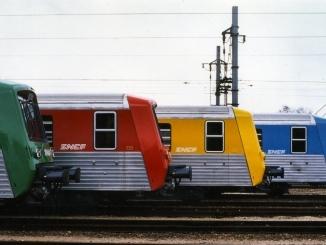 Des trains TER vert, rouge, jaune et bleu en gare